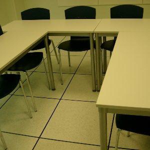 Mesas y sillas para oficina o sala de formación
