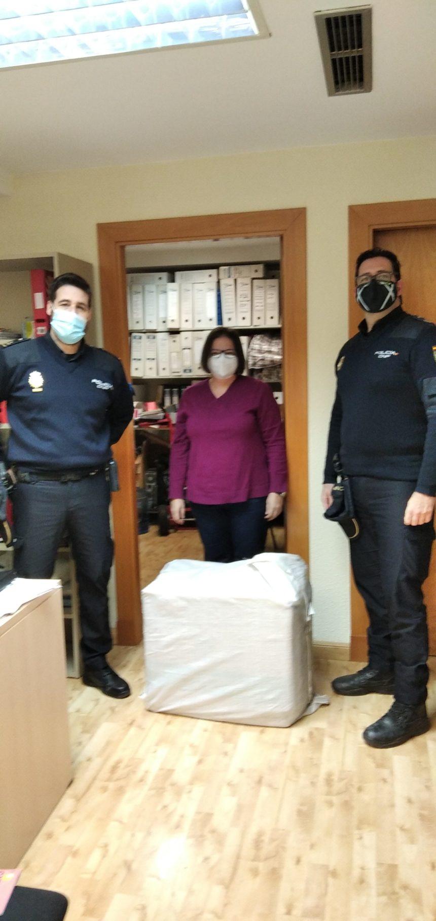 La Policía Nacional entrega, gracias a la donación de Mascarillas Aragón, 5.000 mascarillas a las entidades de la Coordinadora